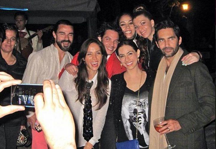 Claudia Cervantes posa junto a algunos artistas invitados a su fiesta en la Rotonda. (Tomada del Instagram de Claudia Cervantes)