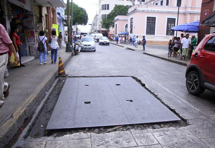 Los registros en las calles del Centro Histórico de Mérida representan un peligro para los peatones y automovilistas. (Milenio Novedades)