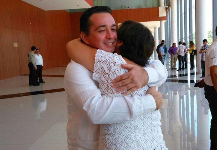 El psiquiatra Enrique Lara González abraza a su esposa, Karla Vivas, tras quedar libre de la acusación que pesaba en su contra por el asesinato de su colega Felipe Triay Peniche. (Luis Fuente/SIPSE)