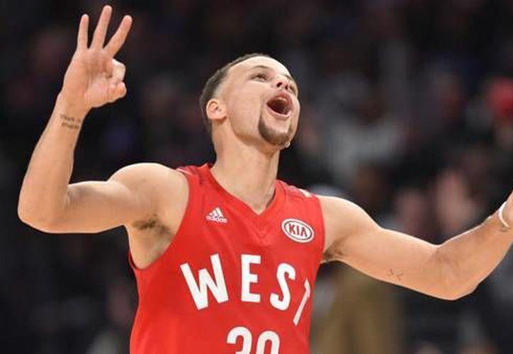 La NBA ya había probado el uso de publicidad en las playeras de los equipos, este acontecimiento ocurrió en el Juego de Estrellas.(AP)