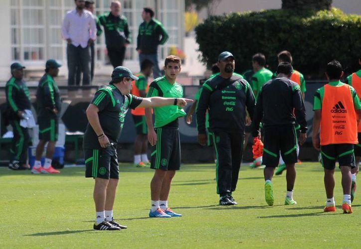 El partido será la única oportunidad de Miguel Herrera de juntar jugadores locales y 'europeos' y definir a los que estarán en el Tri para Brasil 2014. (Archivo Notimex)