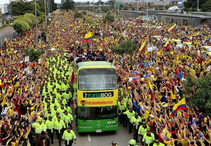 Cientos de miles de personas recibieron este domingo a la selección colombiana de Fútbol, en Bogotá, tras su destacada actuación en el Mundial FIFA Brasil 2014. (EFE)