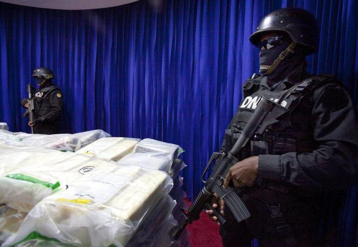 Agentes antidrogas exhiben en Santo Domingo, República Dominicana, el cargamento, presumiblemente cocaína o heroína, que iba con destino Barcelona, España. (EFE)