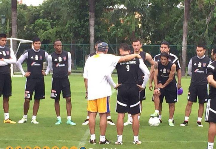 Momento en que Sobis se despide de sus compañeros durante el entrenamiento tigre de este jueves. (Facebook/ TigresOficial)