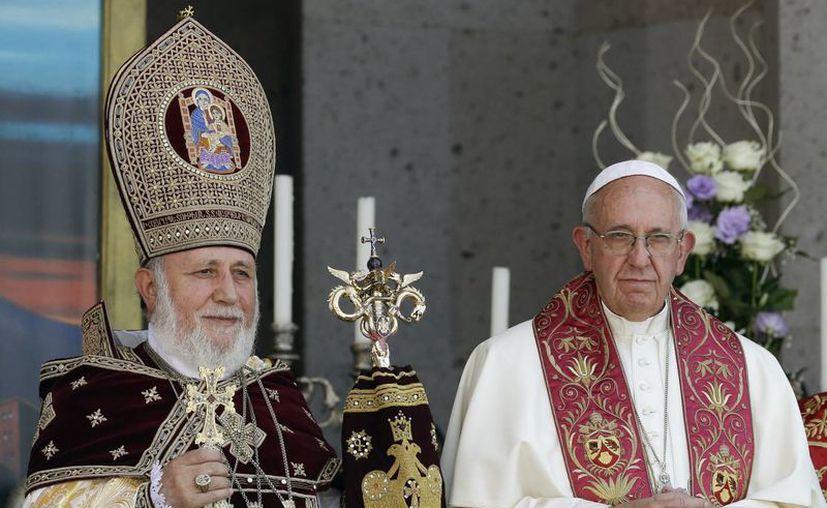 El Papa Francisco participó en la Divina Liturgia celebrada por el líder religioso de Armenia, Karekin II, en la catedral de Echmiadzin, Yerevan, Armenia, este domingo. (Foto AP / Andrew Medichini)