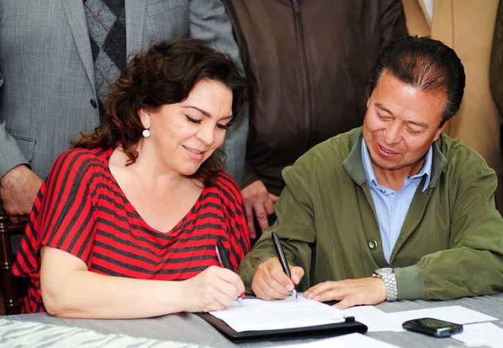 El presidente del CEN del PRI, César Camacho, y la secretaria general, Ivonne Ortega Pacheco, firman ante gobernadores priistas la convocatoria para la asamblea. (Notimex)