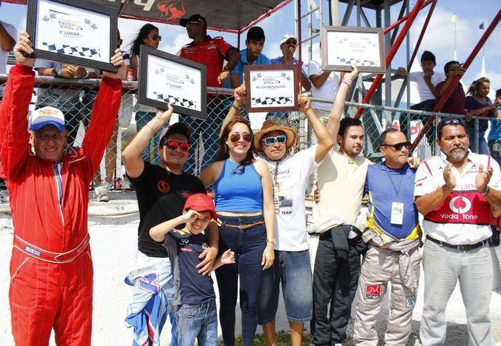 Los ganadores de esta fecha de la carrera de automovilismo. (Ángel Mazariego/SIPSE).