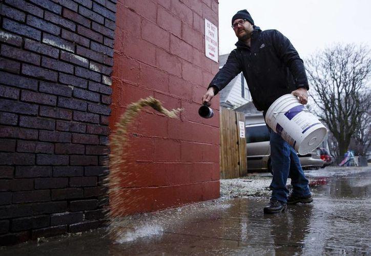 Los viajes continúan siendo peligrosos en partes de Iowa y Nebraska debido a las tormentas de hielo en los estados del norte y el este. (Brian Powers/The Des Moines Register vía AP )