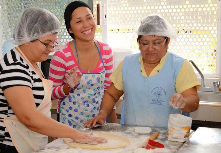 Uno de los talleres que se imparten en el centro 28 de julio es el de panadería y repostería, el cual está abierto a todos los interesados. (Redacción/SIPSE)