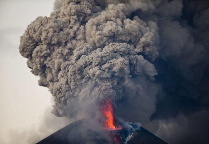 El volcán Momotombo  inició su proceso eruptivo la mañana del martes, pero arreció su actividad al amanecer del miércoles. (Agencias)