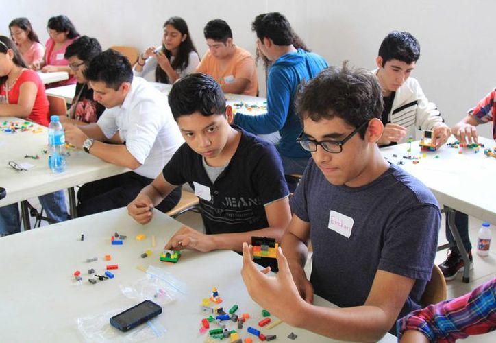 Para la clausura del evento se entregó un reconocimiento a cada alumno, que tiene valor curricular. (Tomás Álvarez/SIPSE)