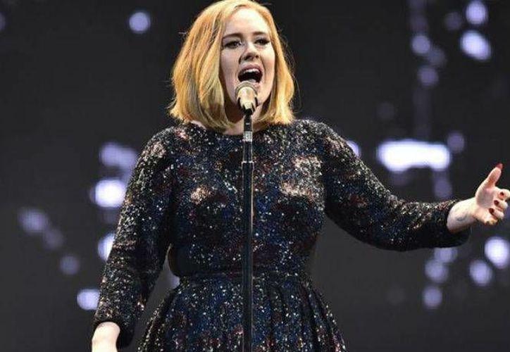 Después del emotivo discurso sobre Winehouse, Adele interpretó  'Make You Feel My Love', de Bob Dylan.(EFE)