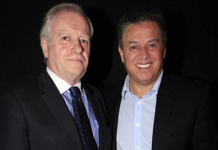 """Los casos de Mario Bezares (d) y del capitan aeronátuco Carlos Ortega, acusado de contrabandear cocaína en EU, serán tratados en """"Se presume inocente"""". (Notimex)"""