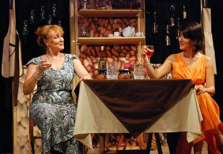 La obra teatral Sabor, saber y placer, se centra en los lazos emocionales y el compartir la comida y la bebida. (Milenio Novedades)