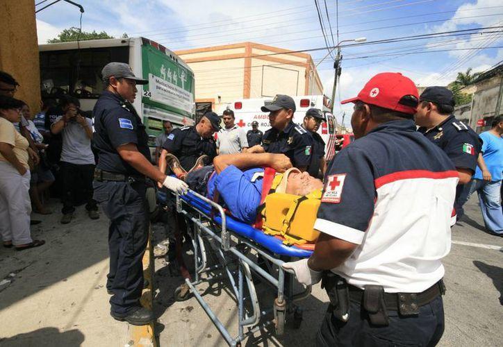 De los lesionados, 14 son pasajeros del autobús. (Jorge Sosa/SIPSE)