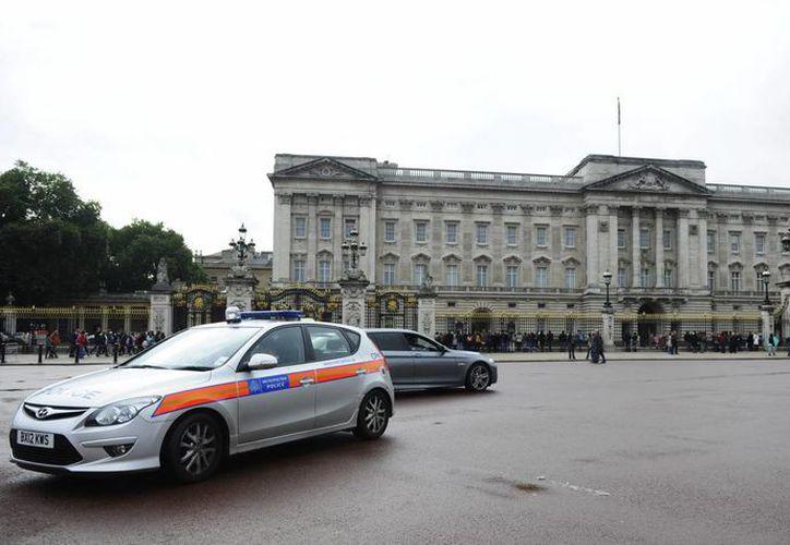 Un coche de la policía permanece estacionado la puerta principal del Palacio de Buckingham, en Londres, Reino Unido. (EFE)