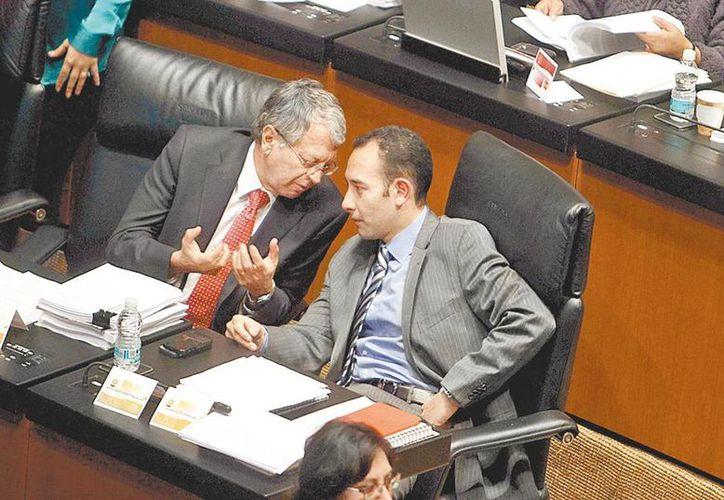 Manuel Camacho charla con Roberto Gil en la sesión del Senado. (Jorge Carballo/Milenio)