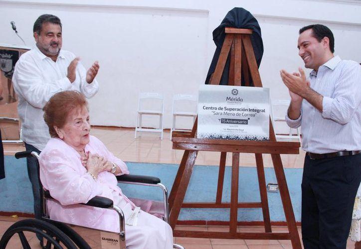 Este jueves el alcalde Mauricio Vila estuvo presente en los festejos por el 15 Aniversario del Centro de Superación Integral 'Sara Mena de Correa'. Doña Sara (i) también acudió a los festejos.