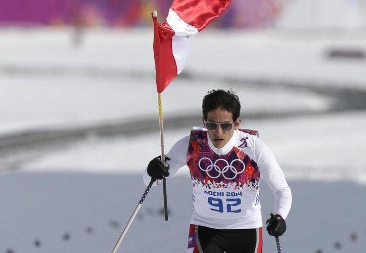 En un gesto de compañerismo, Dario Cologna, ganador de la medalla de oro, y Dachhiri Sherpa, quien entró penúltimo, recibieron en la meta a Roberto Carcelén (foto) con un abrazo. (Agencias)
