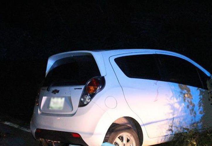 Tras atropellar al motociclista, el conductor del Spark perdió el control del vehículo y se salió de la carretera. (Luigi Domínguez/SIPSE)
