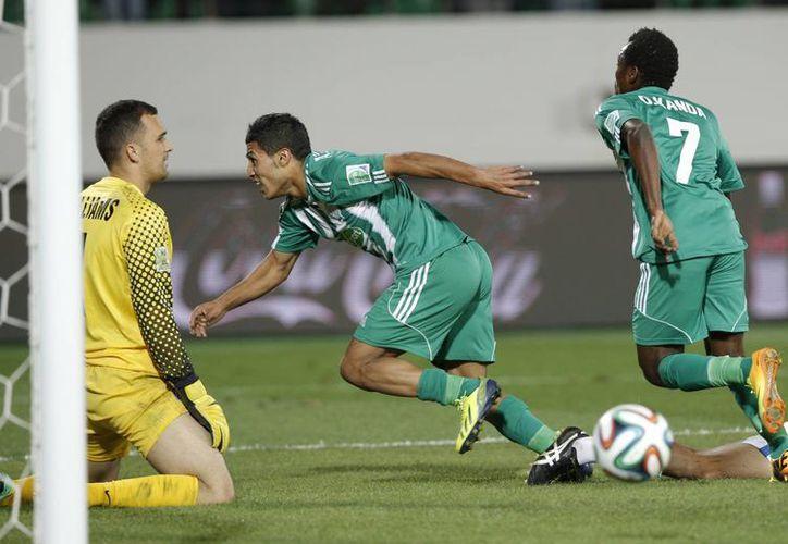 Abdelilah Hafidi (c), del club Raja, se dispone a celebrar el gol del gane ante el Auckland City, que permite a su equipo jugar los cuartos final contra el Monterrey de México. (Agencias)