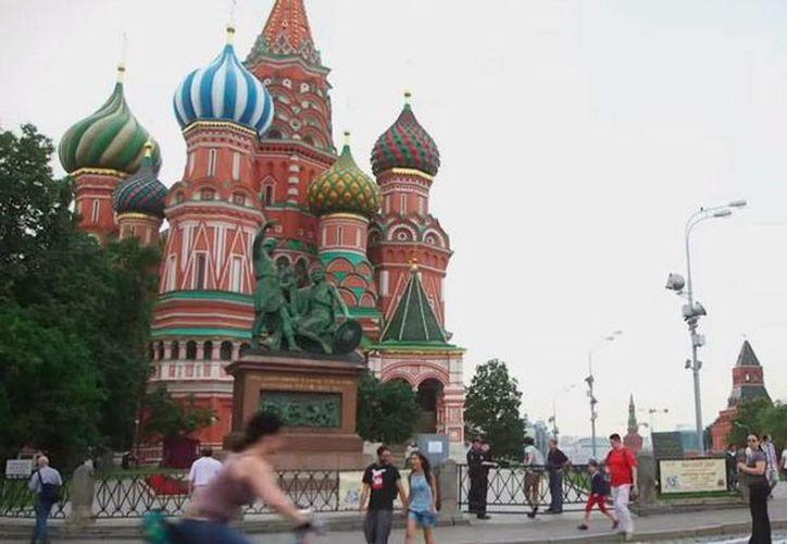 Rusia decidió recortar el presupuesto para realizar el Mundial de Futbol de 2018. El recorte se hará en la contrucción de hoteles de lujo. La imagen es uno de los sitios turísticos más emblemáticos no sólo de Rusia, sino del mundo: La Plaza Roja, utilizada solo con fines ilustrativos. (Captura de pantalla-YouTube/FIFA TV)