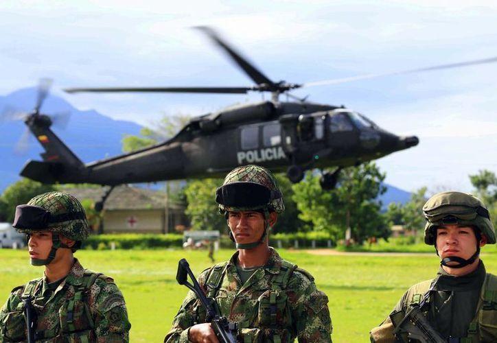 Militares colombianos observan la llegada de los cuerpos de los guerrilleros muertos durante operaciones de las Fuerzas Militares de Colombia en Arauca, el pasado mes de julio. (EFE/Archivo)