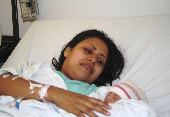 Gloria Arcos Mendoza aún no sabe que nombre ponerle a su hija. (Octavio Martínez/SIPSE)