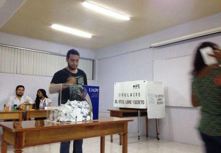 Alumnos de la Facultad de Contaduria y Administración al momento de realizar su derecho al voto para elegir su nuevo presidente de la Sociedad de Alumnos. (Israel Cárdenas/SIPSE)