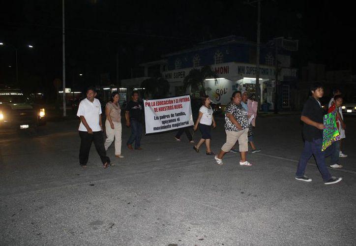 La mayoría de los manifestantes eran padres de familia, acompañados de algunos docentes. (Harold Alcocer/SIPSE)