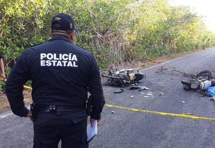 Un agente de la Policía Estatal observa la escena del trágico accidente carretero. (Milenio Novedades)