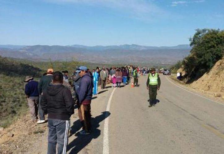 Imagen de la zona donde cayó un autobús de pasajeros en Bolivia. (eldeber.com.bo)