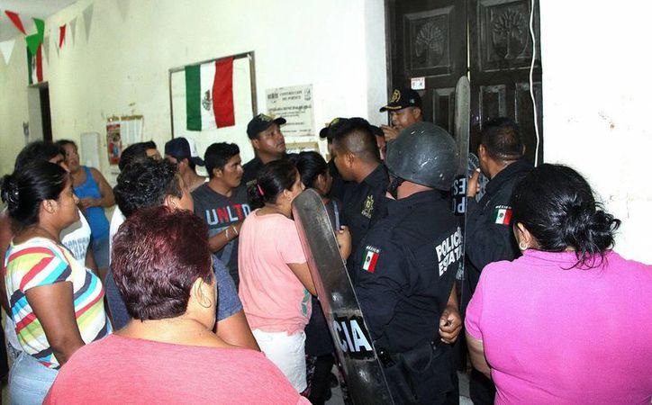 El alcalde de Hunucmá, José Alberto Padrón Romero, destituyó al comisario de Sisal, Félix Alfonso Puc Uc. Agentes de la SSP tuvieron que intervenir para controlar la situación. (Milenio Novedades)