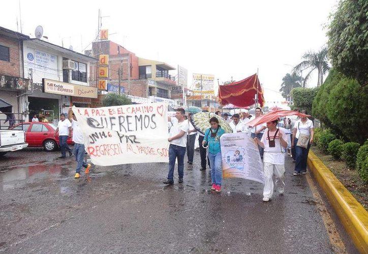 Decenas de fieles marcharon el miércoles para exigir la presentación con vida del padre Goyo. (Facebook/Maria Reyes Alonso)