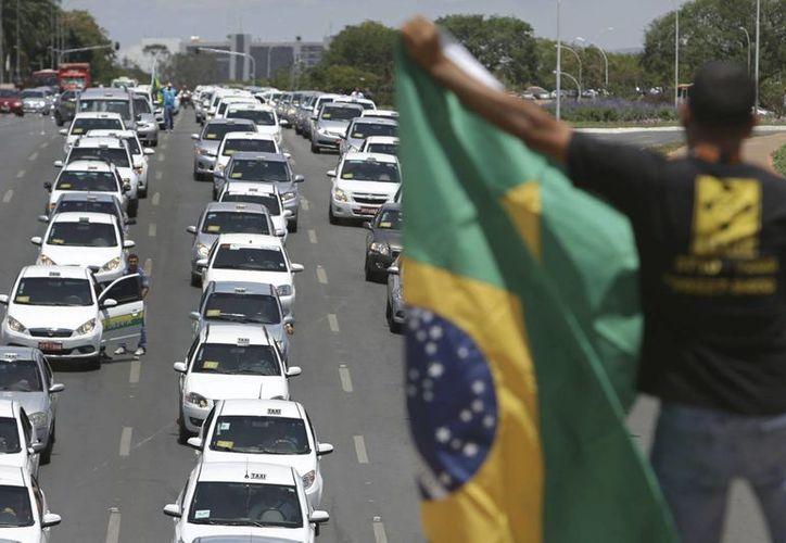 Los taxistas salieron a las calles de Brasilia para exigir que Uber deje de operar en el país. (AP/Eraldo Peres)