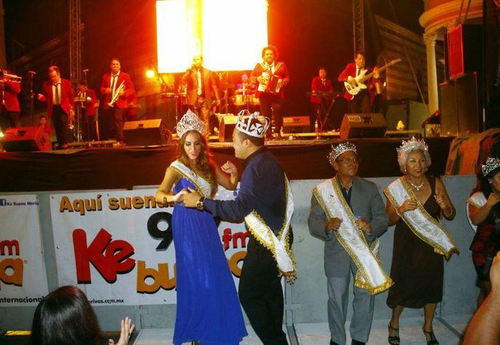 Los reyes del Carnaval de Mérida, Natalia I y Chayak I, abren la pista de baile, acompañados de los demás soberanos. (Juan Carlos Albornoz/SIPSE)
