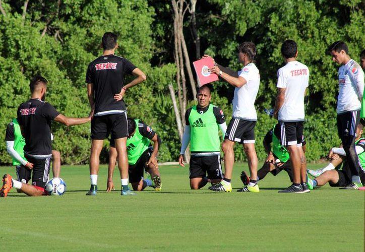 Los jugadores del Guadalajara continúan manteniendo los trabajos físicos. (Ángel Mazariego/SIPSE)