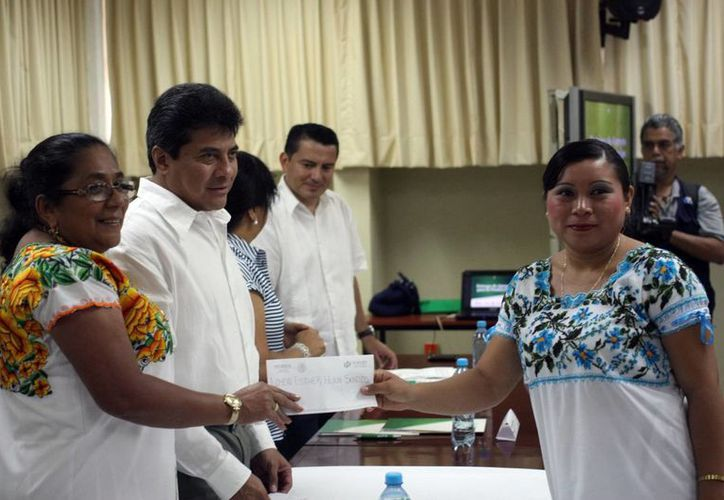 Artesanos yucatecos recibieron apoyos para la producción, en evento realizado en la UTM. (Mauricio Palos/SIPSE)