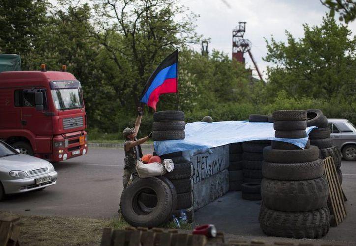 En la imagen se observa a un insurgente en un puesto de control en Donetsk, poblado que pidió unirse a Rusia. (Agencias)