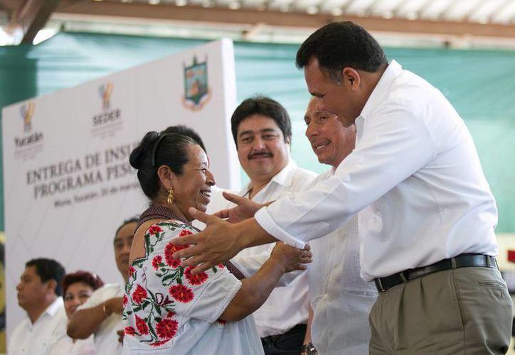 El gobernador Rolando Zapata Bello encabezó la entrega de apoyos del programa Peso a Peso en Muna. (SIPSE)
