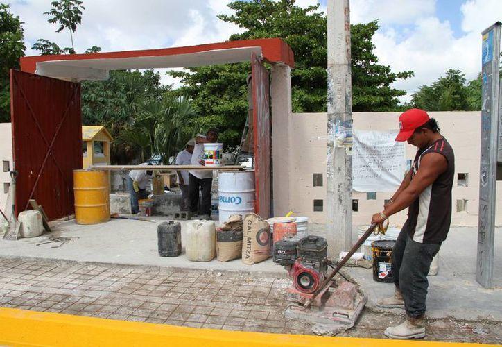 Se realizan trabajos de limpieza para puedan recibir hoy en óptimas condiciones a los visitantes. (Tomás Álvarez/SIPSE)