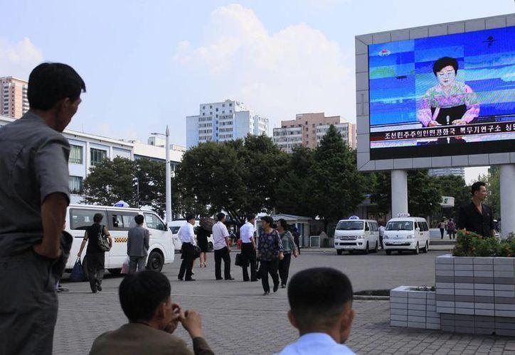 Ciudadanos de Corea del Norte escuchan las noticias sobre un nuevo ensayo nuclear en su país.(AP/Jon Chol Jin)