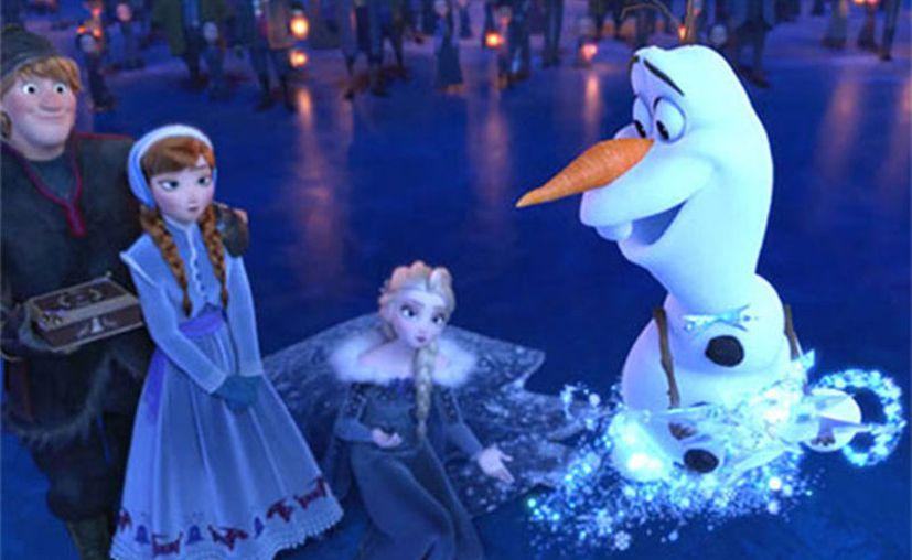 El corto que se proyecta antes de la película se desprende del universo Frozen y se titula Frozen: La aventura de Olaf. (Disney).