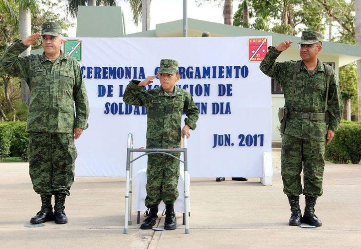 """Jonathan se comprometió a servir a la patria. Este martes fue nombrado """"Soldado por un día"""". (Aldo Pallota/SIPSE)"""