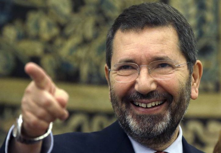 El alcalde romano, Ignazio Marino, retiró su dimisión desafiando al primer ministro Matteo Renzi. (AP)