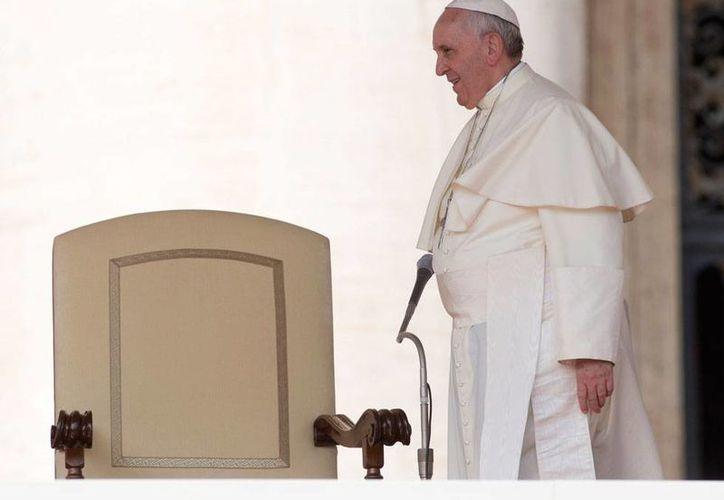 El Papa Francisco realizó un nuevo 'movimiento' de 'piezas' para frenar los casos de abusos por parte de sacerdotes. En la imagen, el Pontífice llega a la audiencia de los miércoles, en El Vaticano. (AP)