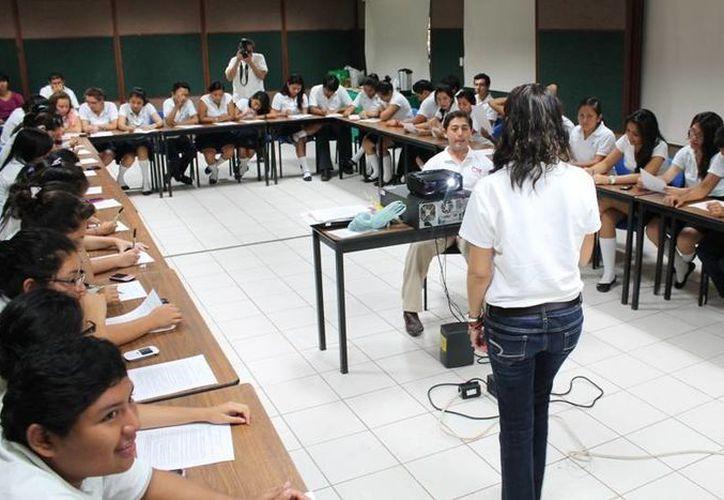 """Ochenta jóvenes participaron en el taller """"Salvando Vidas"""". (Redacción/SIPSE)"""