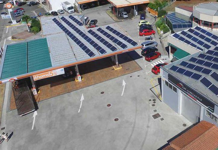 La gasolinera está cubierta con paneles solares que generan hasta 120 kilowatt por hora. (Foto: Contexto/Internet)