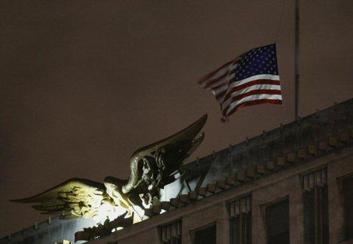 La bandera estadunidense ondea a media asta en la embajada de EU en la capital británica. (Agencias)