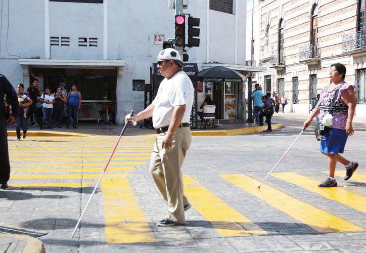 Discapacitados visuales estrenaron las nuevas señales auditivas para poder cruzar calles en el centro de Mérida. (Fotos Jorge Acosta/SIPSE)